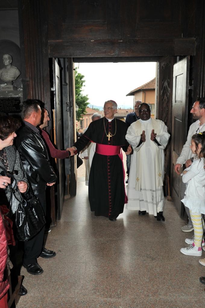 Il Vescovo Mons. Edoardo Aldo Cerrato insieme a Don Patrice all'ingresso in Chiesa